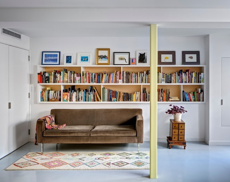 Books and artwork are spread throughout the house, being defining for its interior design