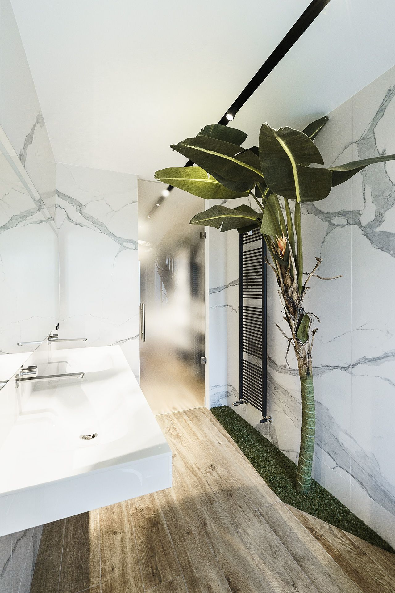 The banana tree is a whimsical addition to the bathroom.