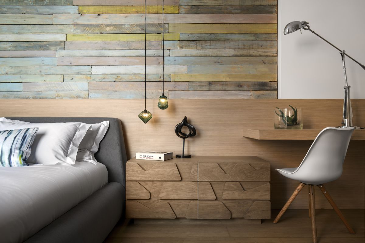 The reclaimed timber on the wall adds soft color notes to the room