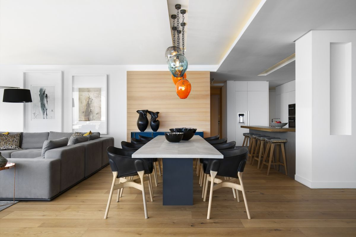 The dining area is placed between the kitchen and the lounge space, being a source of color for the entire volume