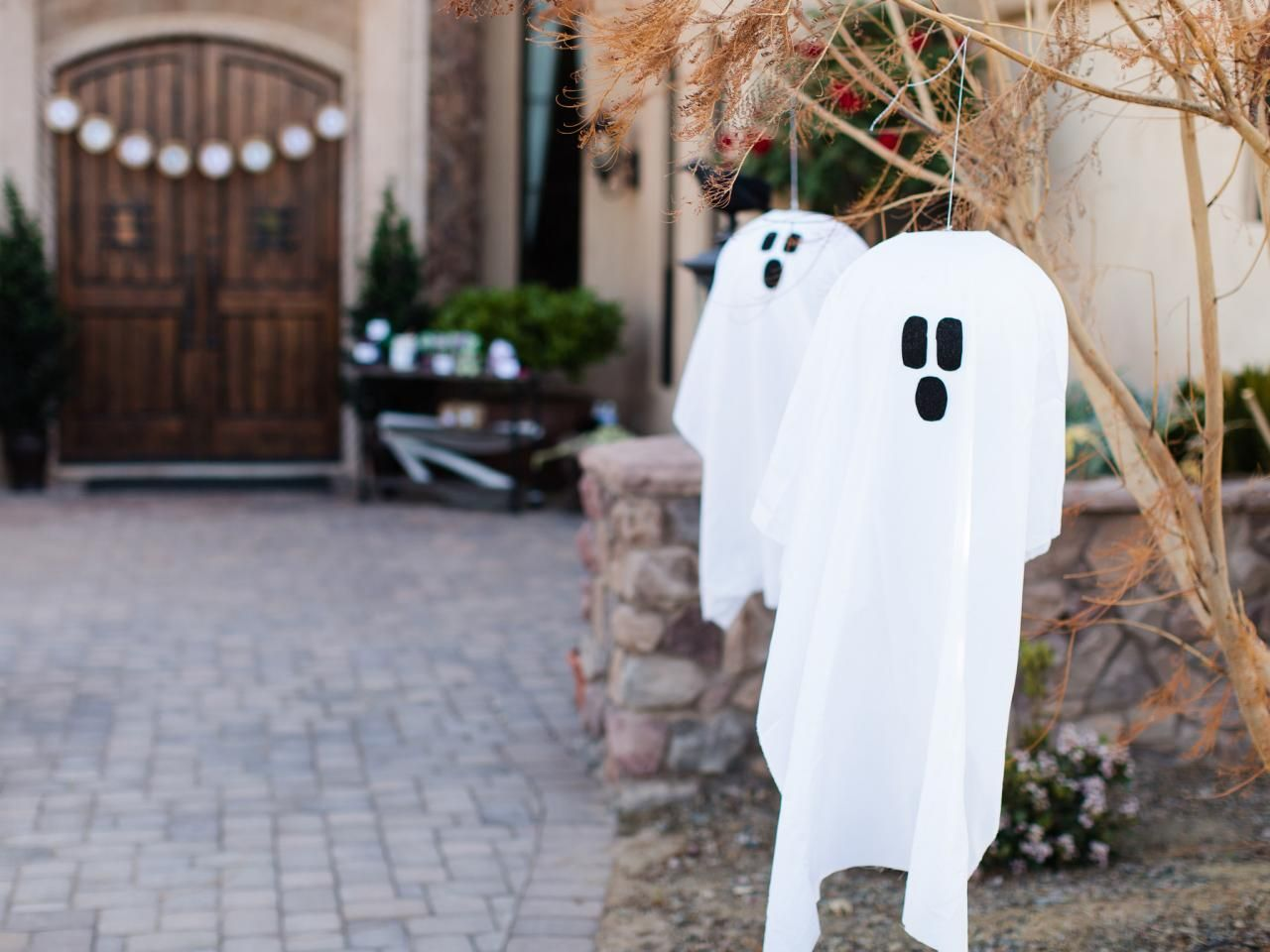 Outdoor hanging little ghost - Scary Halloween Decorations That'll Give You The Jitters