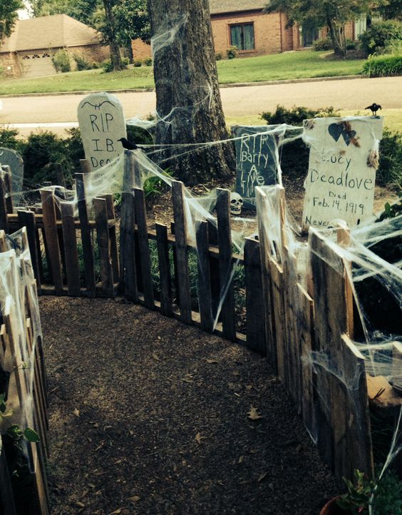 Small fence decorated for halloween - Scary Halloween Decorations That'll Give You The Jitters