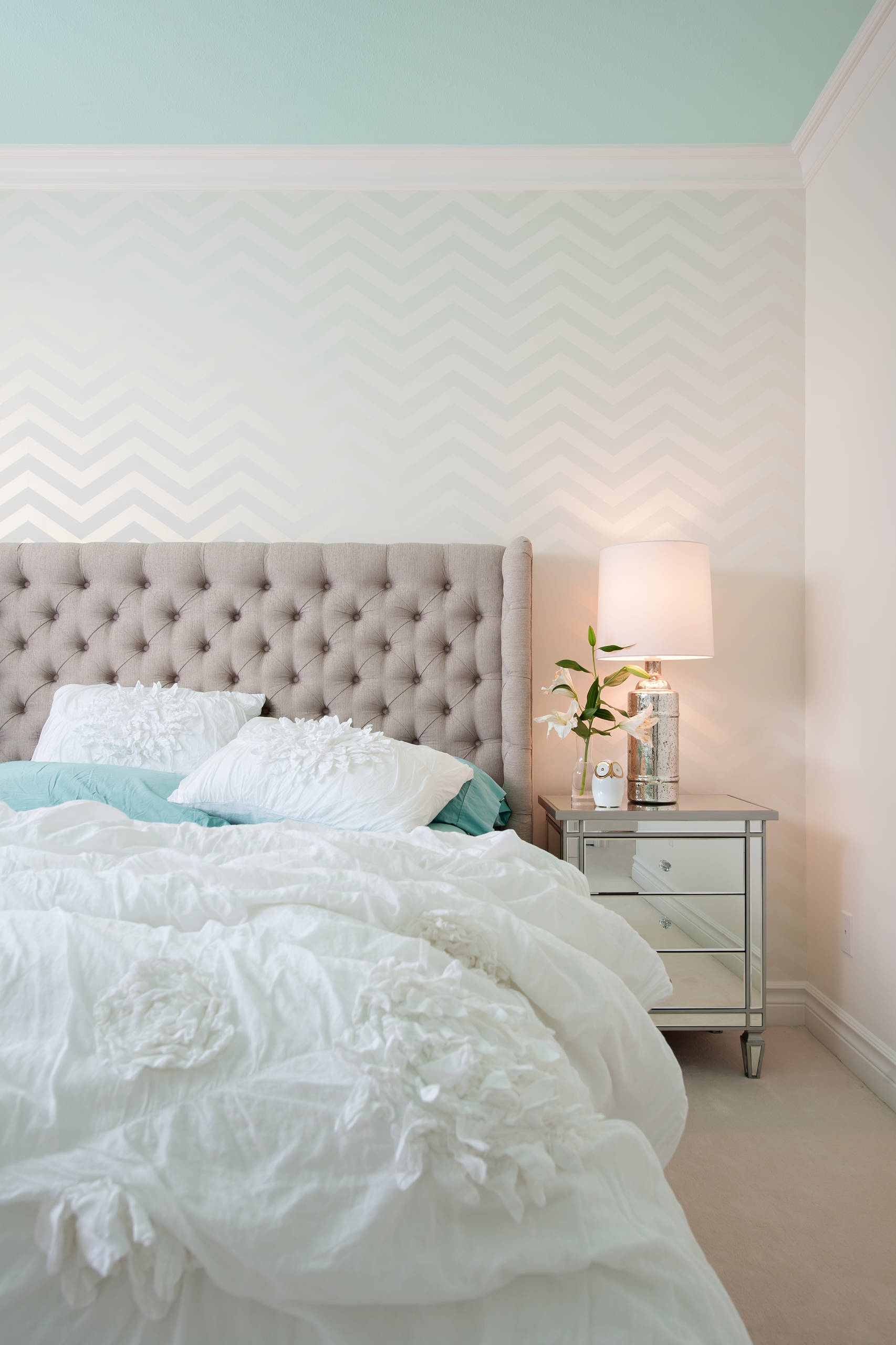 10 ways to display chevron wallpaper in your home for Neutral bedroom wallpaper