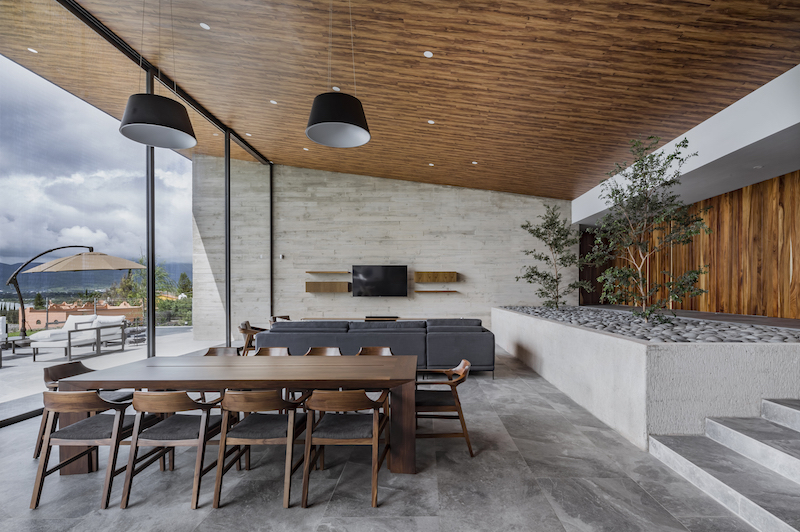 The internal living spaces have a very chic and zen decor thanks to the nature of the materials involved
