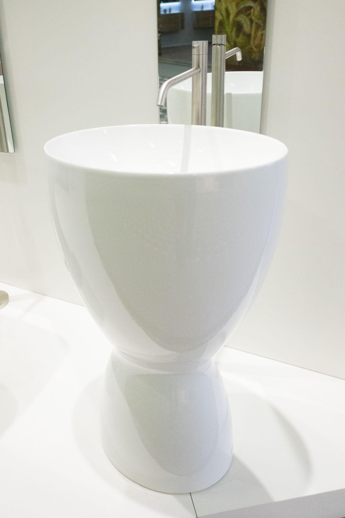 Modern white ceramic Eto pedestal sink