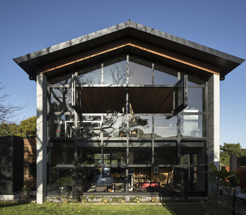 The house has a fully glazed side facades which open up the spaces to their surroundings