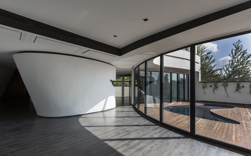 The architects played a lot with curves, giving the house a unique geometry and an unconventional layout