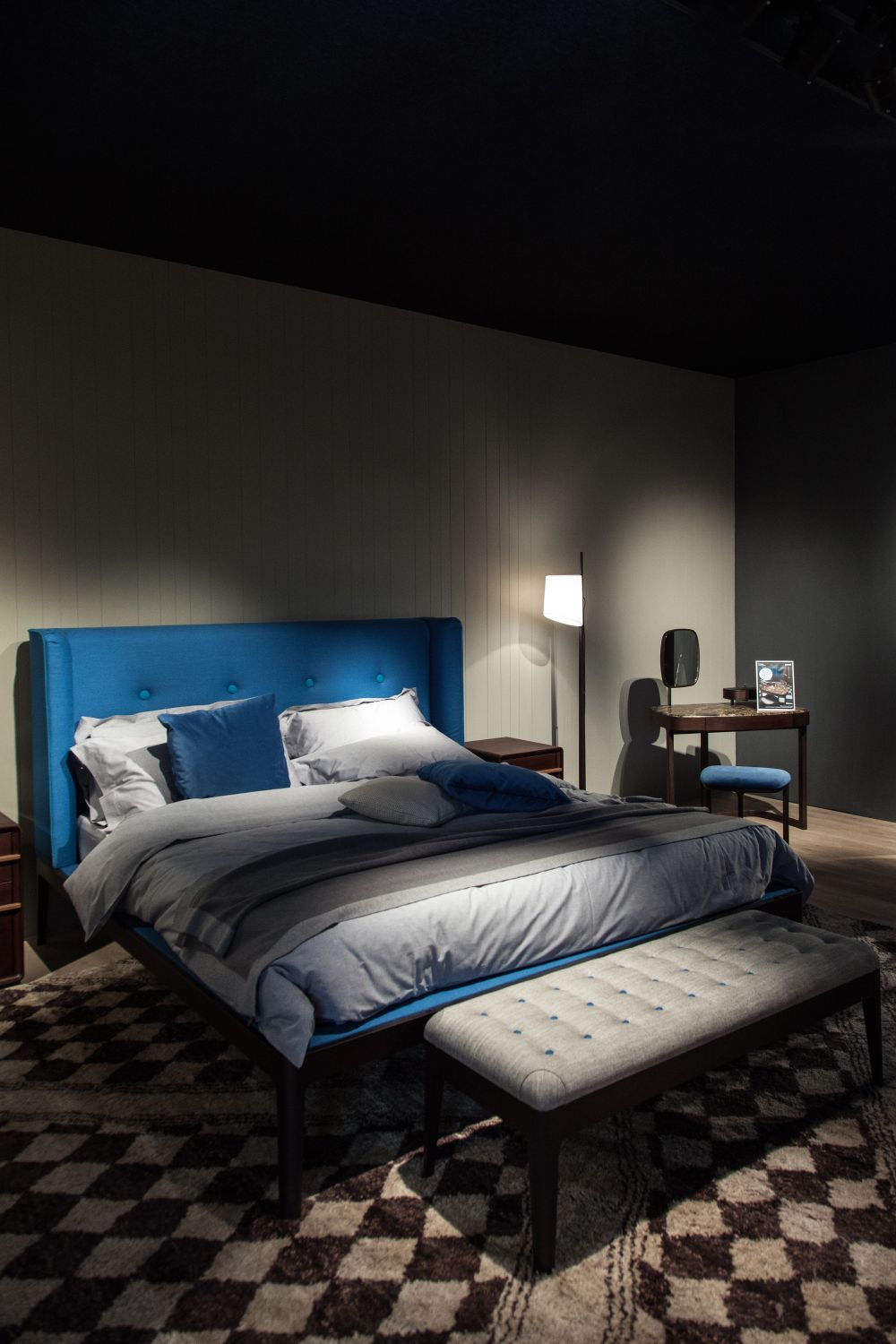 Gray is an excellent main color for a bedroom, despite its very neutral and cool nature