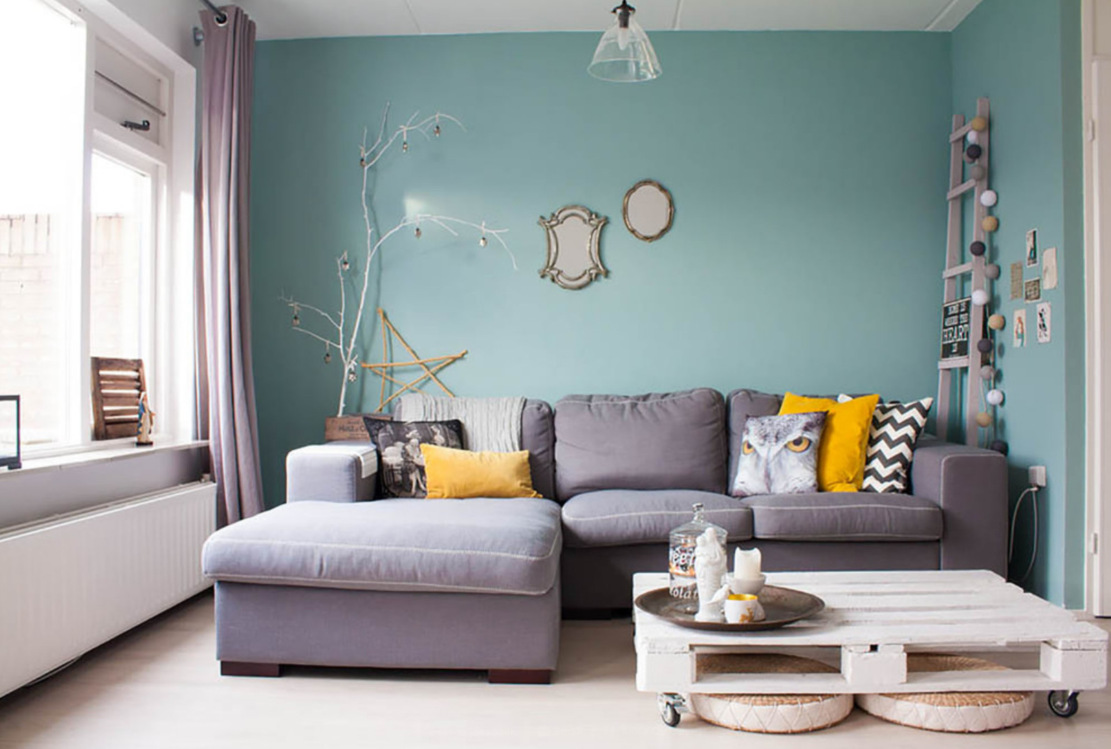 10 Living Rooms That Boast A Teal Color