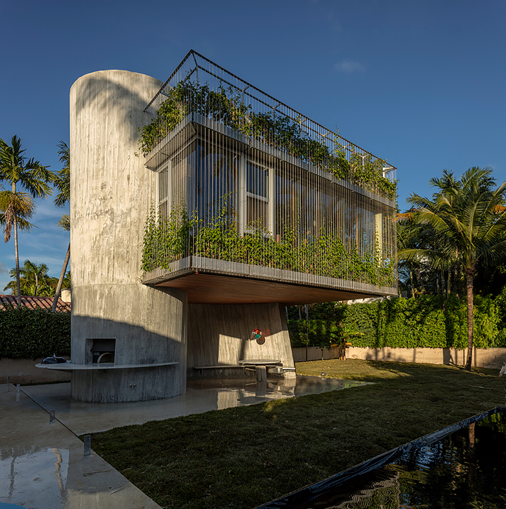 A house with a solarium on its rooftop deck for Building a house in florida