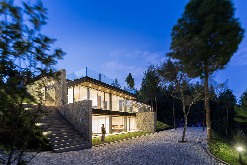 The new building embraces the slope and offers beautiful views of the lake and pine forest