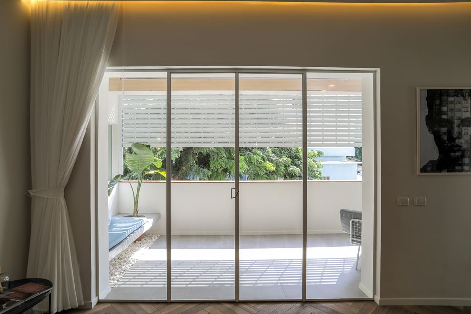 The privacy screen can also be lowered for partial shade.