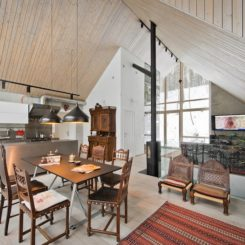 One of the main goals when designing the interior was to create open and uncluttered spaces