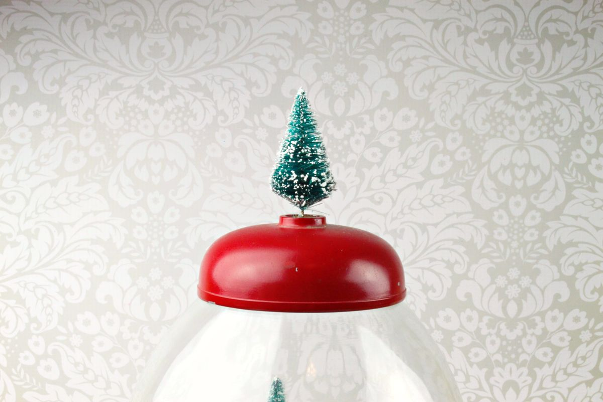 Make Gumball Machine Snow Globe Decor - pour pallets