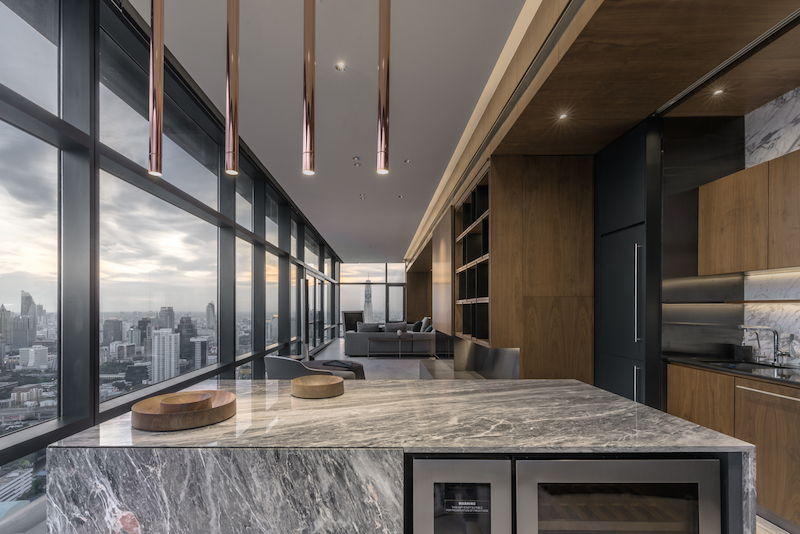 The kitchen island is more or less independent and also functions as a bar for evening entertainment
