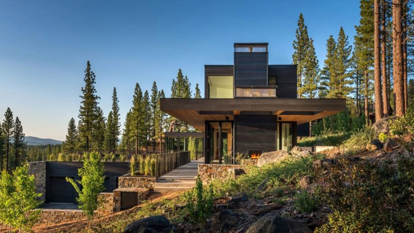 The house embraces the slope on which it stands and makes the most of its location and exposure