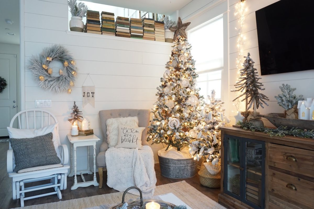 cottage christmas interior design white tree - Farmhouse Christmas Decor