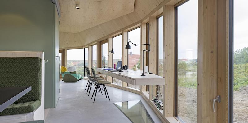 The main functions and furniture pieces are clustered at the center of the floor plan