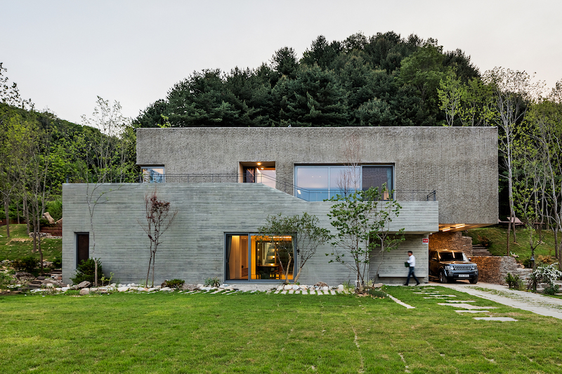 The interior of the house is structured on two levels and into volumes with different functions and levels of privacy