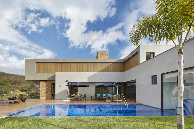 The pool and poolside deck are protected by the L-shaped volume which also offers them privacy