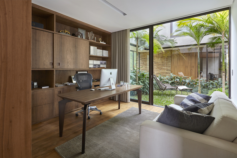 The home office is adjacent to the winter garden and has direct access to its freshness and beauty