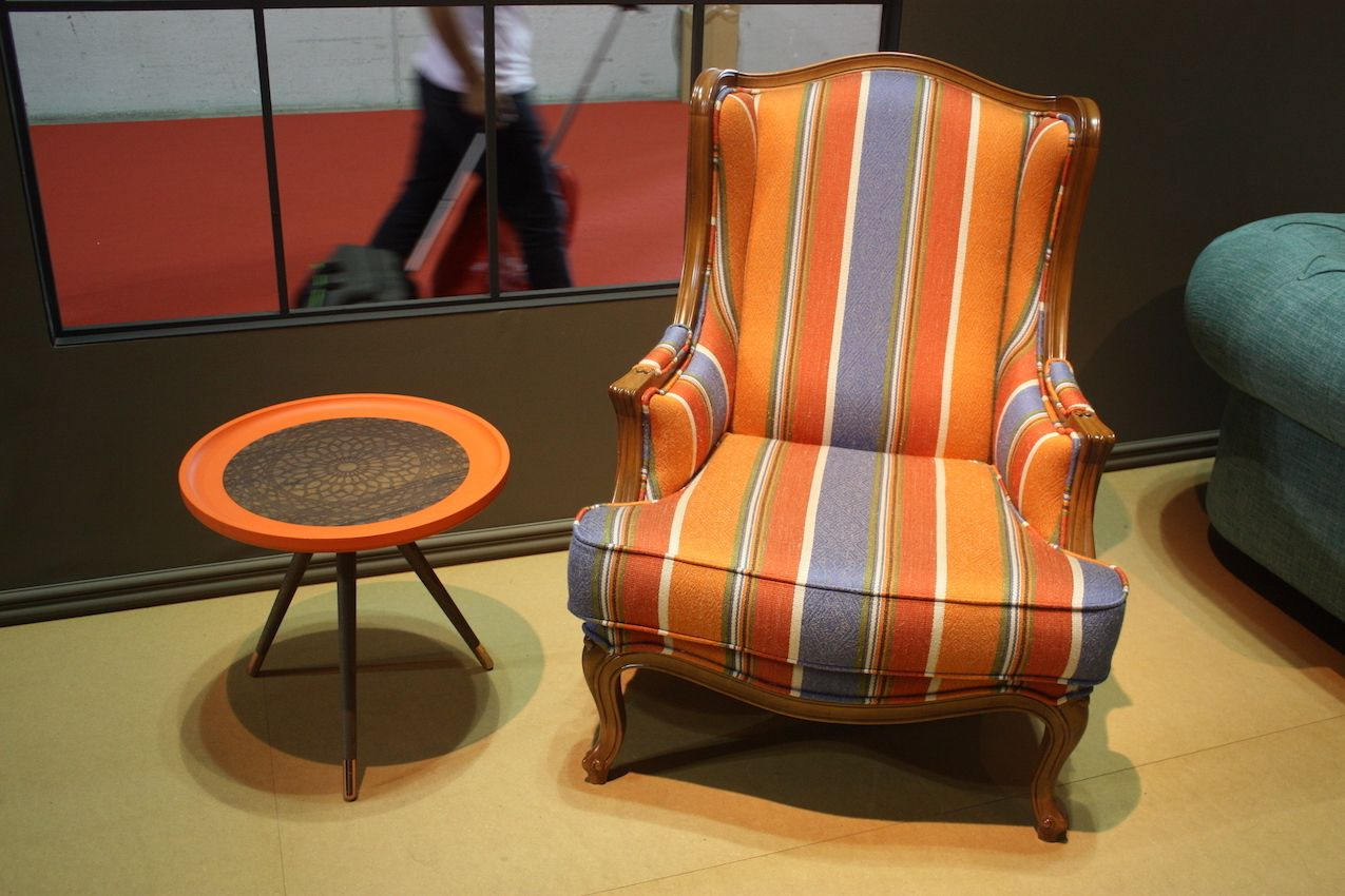A multicolored stripe on the nDesign chair with a classic shape yields a more formal piece.