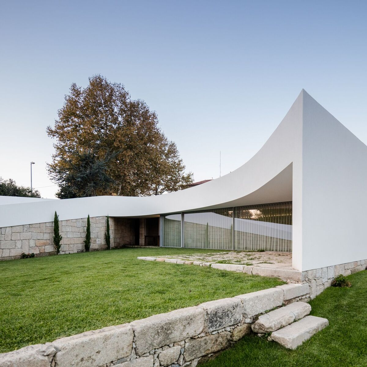 The design and the architecture of the house are influenced by the landscape in a direct and visible way