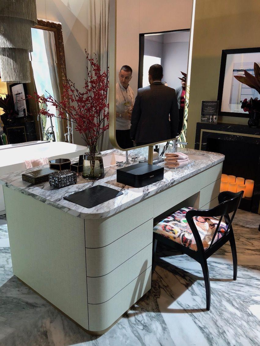 Das Insel-Design ist perfekt für ein Master-Badezimmer, in dem sich zwei Personen gleichzeitig fertig machen können.