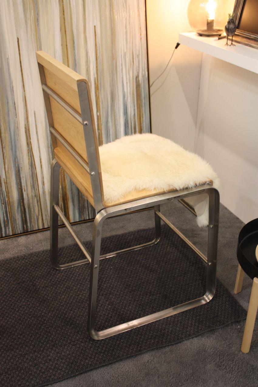Die Barhocker-Version hat einen mehr vertikalen Winkel zum Sitz, der zum Arbeiten oder Essen besser geeignet ist.