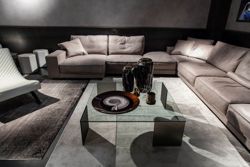 Decorate the coffee table groups of objects unified by details that they share in common but also by their differences