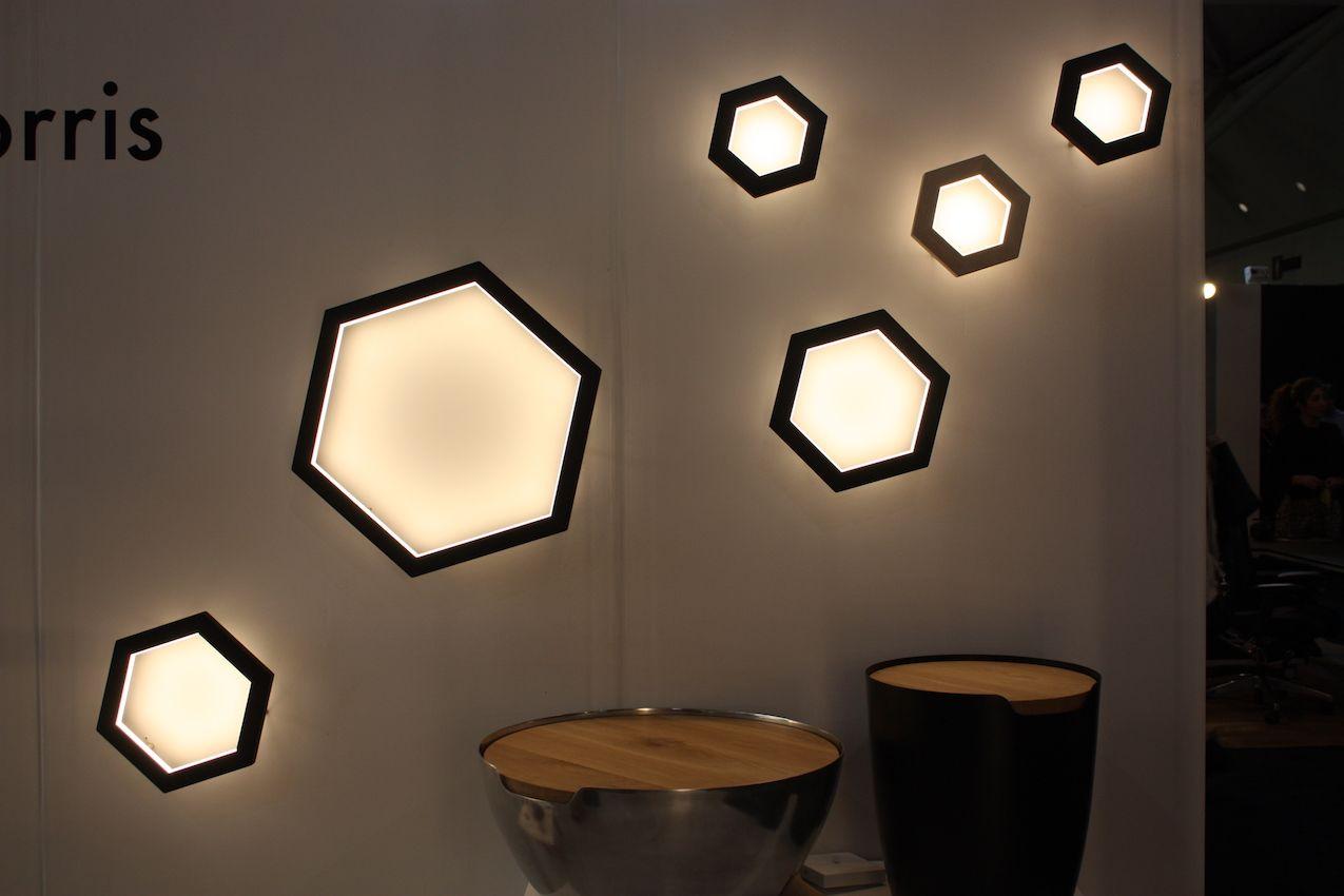 Die Stücke des kanadischen Unternehmens weisen ihre Markenintegrationen aus Massivholz und Metall auf.