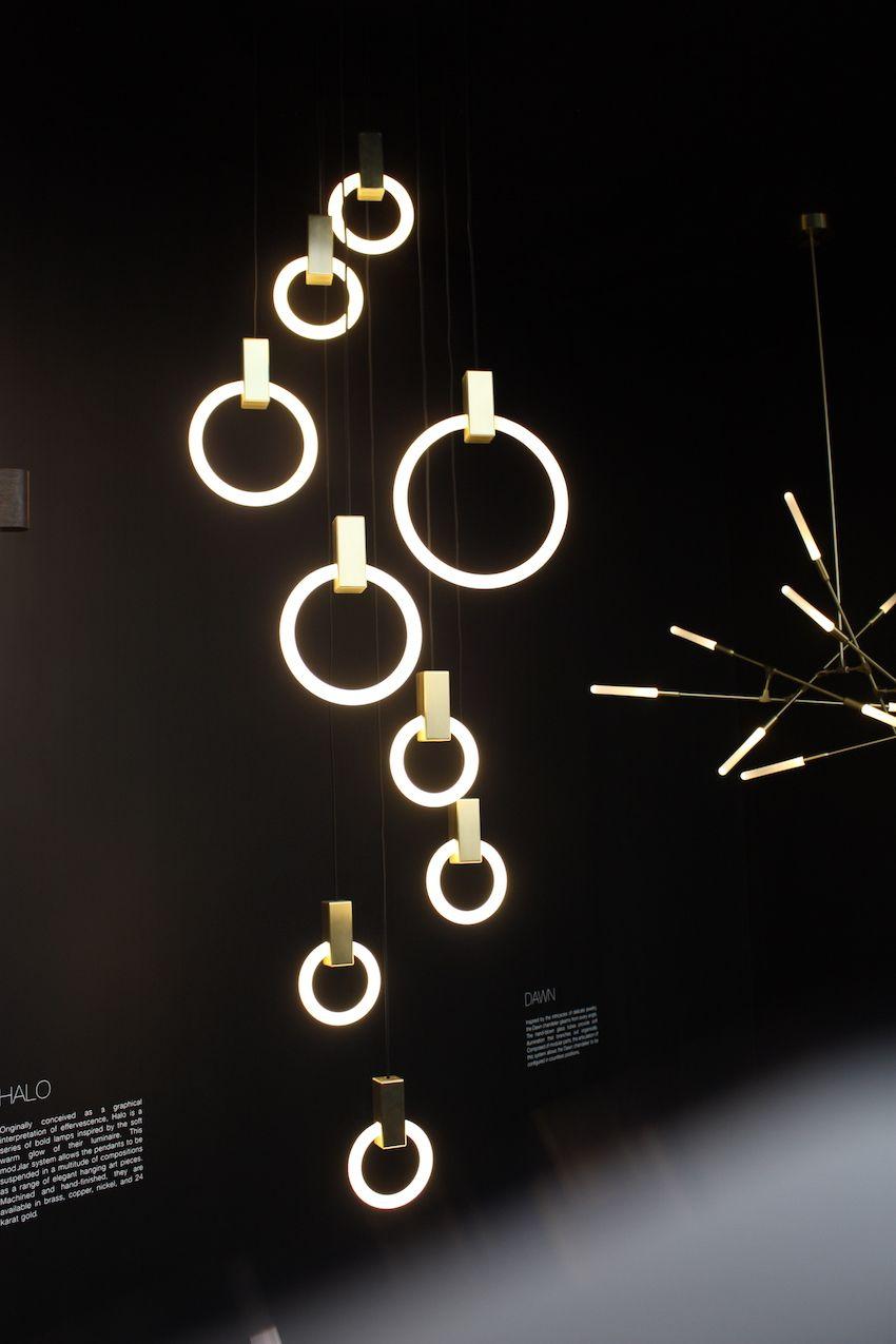 Die Lichter hängen attraktiv, auch wenn sie nicht beleuchtet sind.
