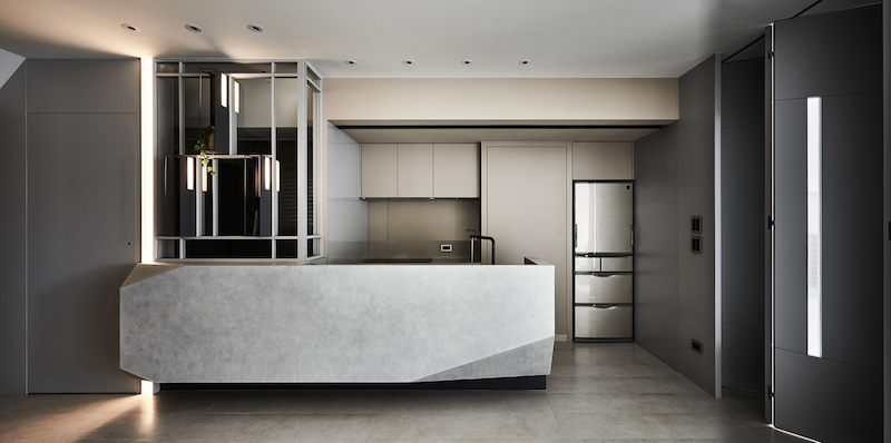 The kitchen and dining area occupy one section of the floor plan, with the possibility to also use it as a workspace
