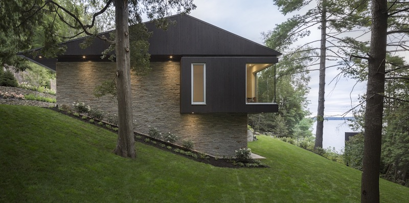 The house was built on a sloping site oriented towards the lake and its entrance is on the ground floor
