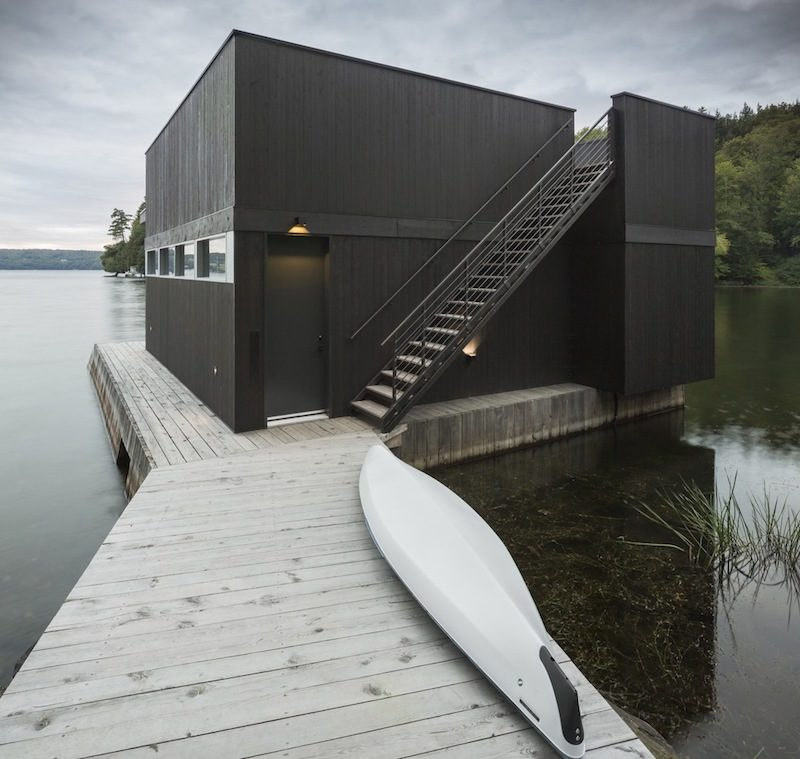 The Slender House, A Luxurious Lake House Anchored In Nature