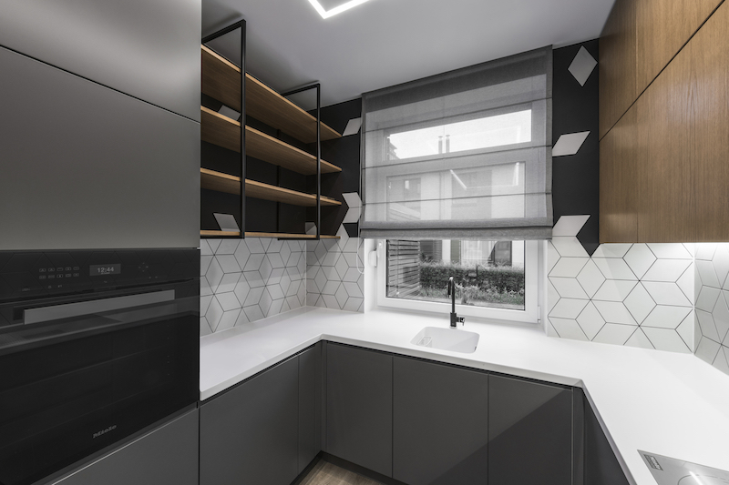 The kitchen backsplash is simple but at the same time eye-catching thanks to the geometry of the tiles