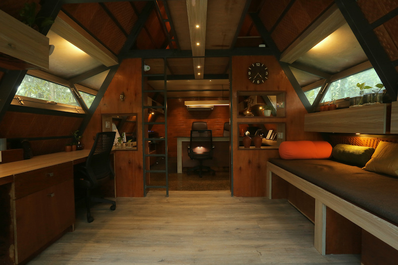 The interior of the cabin is organized in two zones, the ground floor and the attic space