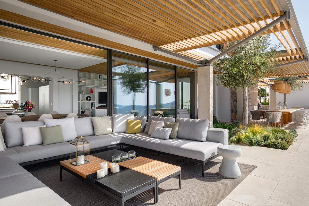 A seamless indoor-outdoor flow defines the whole residence and helps to better connect it to the site and the views