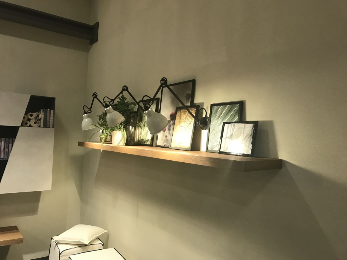 You can also highlights the elements displayed on shelves with the help of light sconces