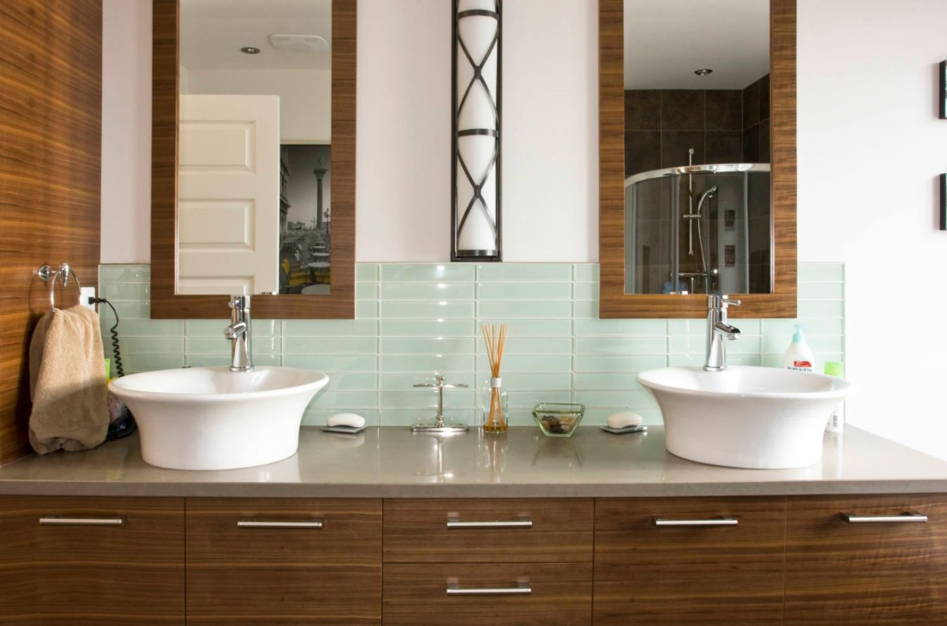 The backsplash can brighten up the bathroom with its color and shiny finish and this is a perfect example in that sense