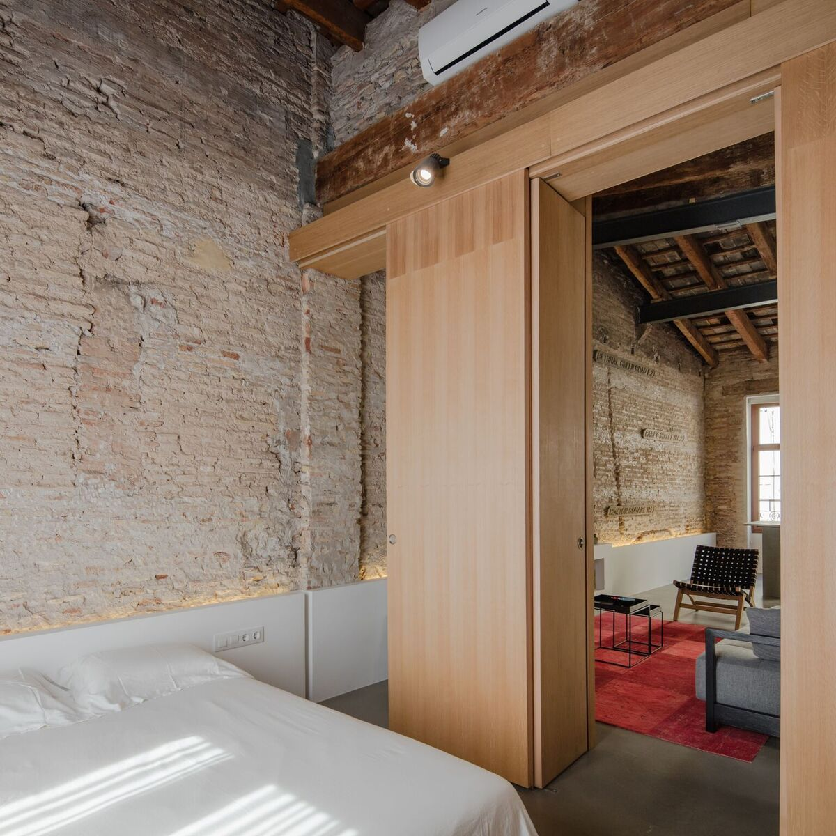 The partitions help divide the day and night areas, separating the bedroom from the living spaces