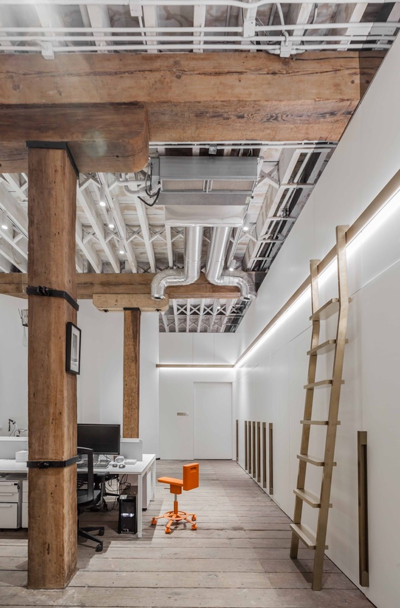 Although the main color is white and there are clear industrial elements throughout the office