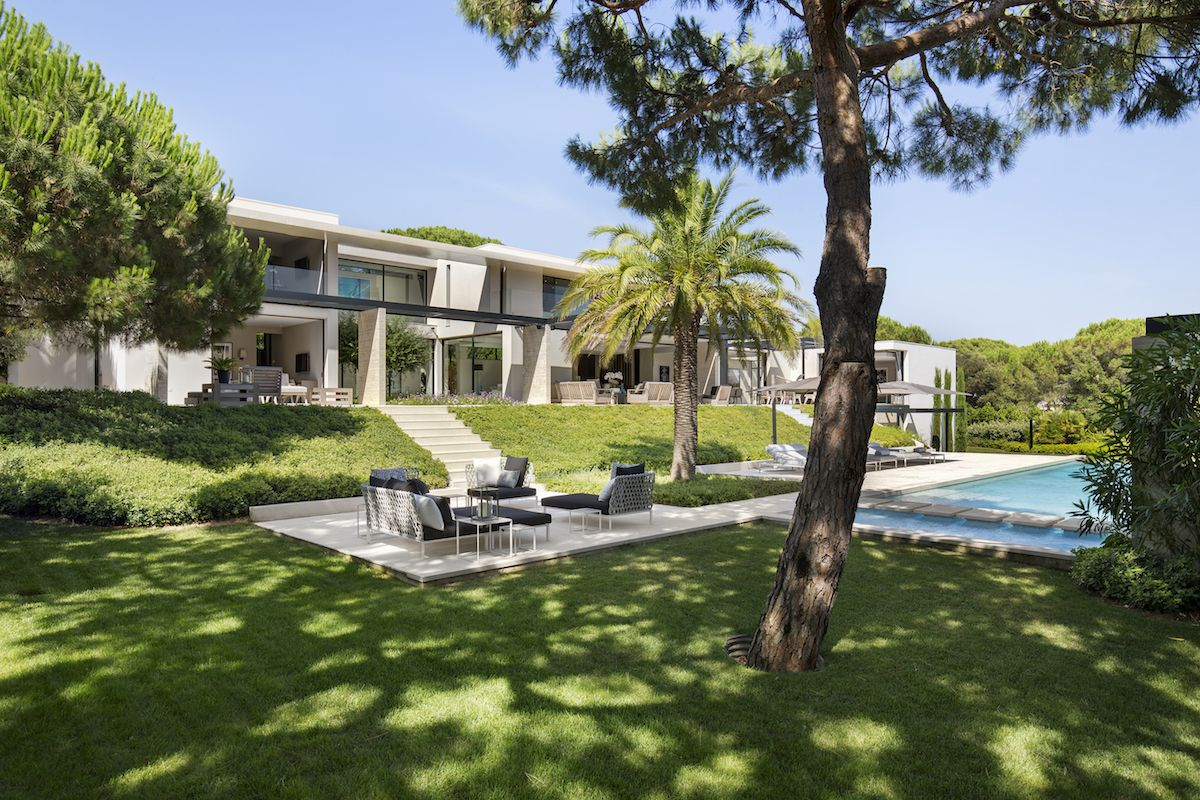 The house is slightly elevated in relation to the swimming pool and to the poolside lounge area