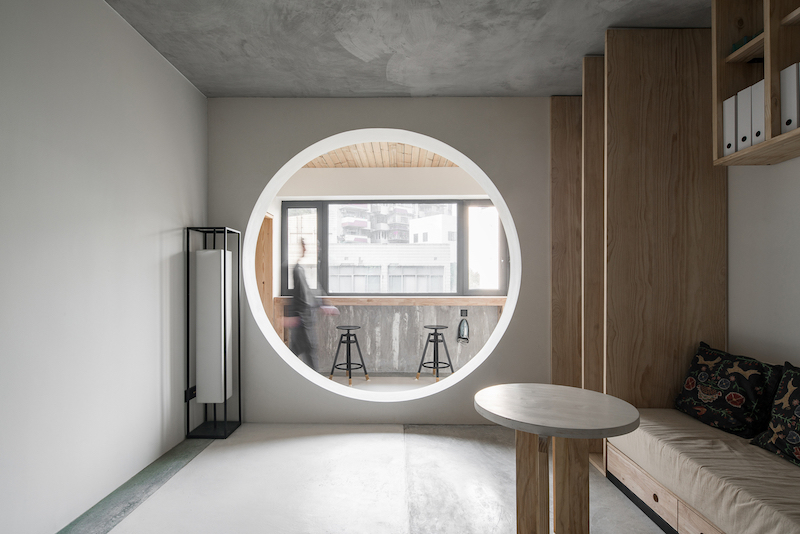 Instead of a regular doorway the transition between living room and balcony is done through a circular opening