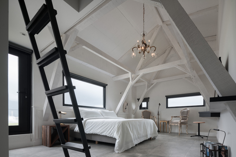 The top two floors house a series of guest rooms of various types and dimensions, each with its own decor theme