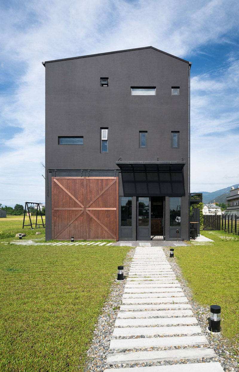 The Black House – A Homey Villa That Blends Hospitality With Great Coffee