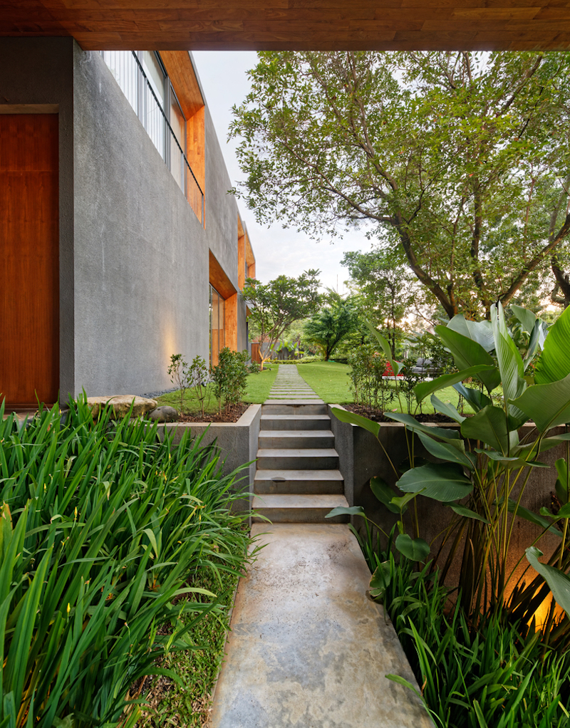 The house's close relationship with the surroundings is expressed in various different ways, depending on the function