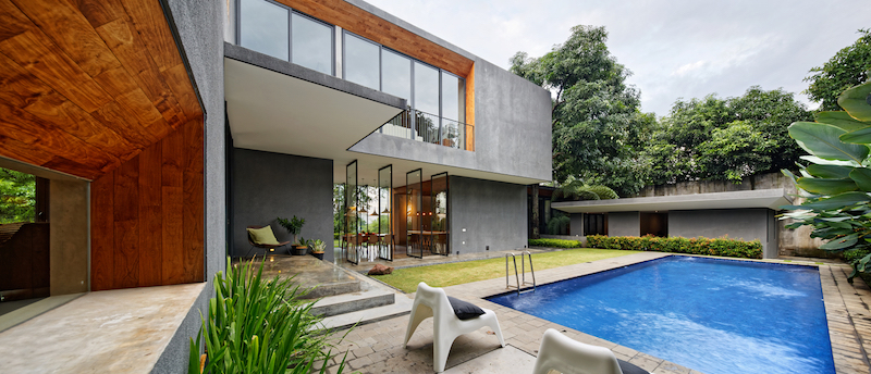 The unique characteristics of the materials involved in the house's design and structure are emphasized through raw finishes