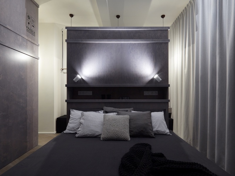 The dark color tones ensure a relaxing and cozy decor and ambiance in the bedroom