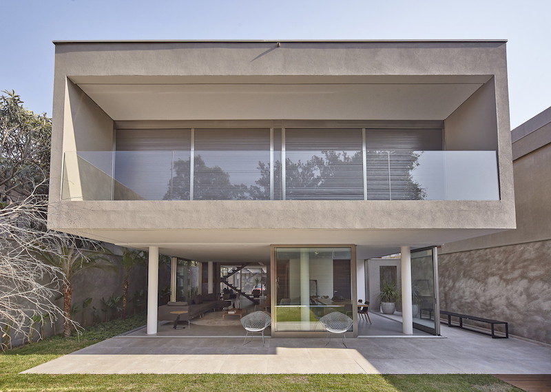 The structure and the design of the house have been adapted to balance out views and privacy